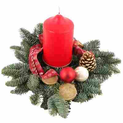Adventsgesteck mit Kugeln und Kerze